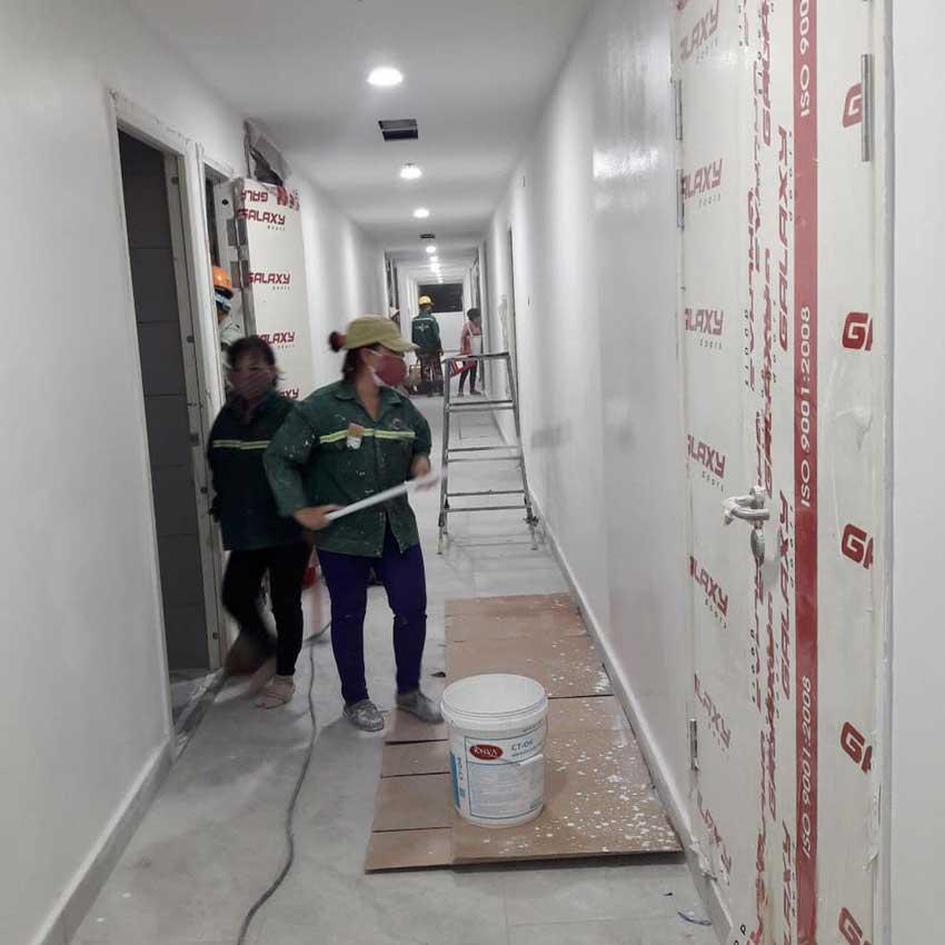 Công nhân quét sơn nước hành lang